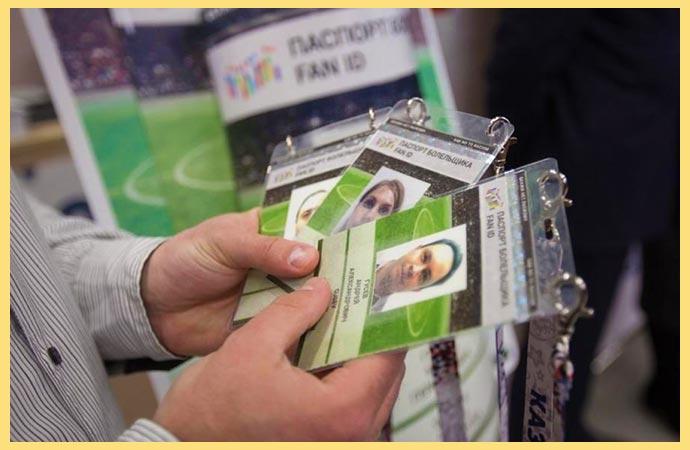 Паспорта болельщика в руках