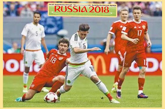 Футболисты на поле и Russia 2018