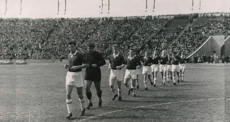 ч/б фото футболистов на поле