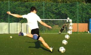 Правильная техника удара по мячу в футболе, как правильно бить по мячу