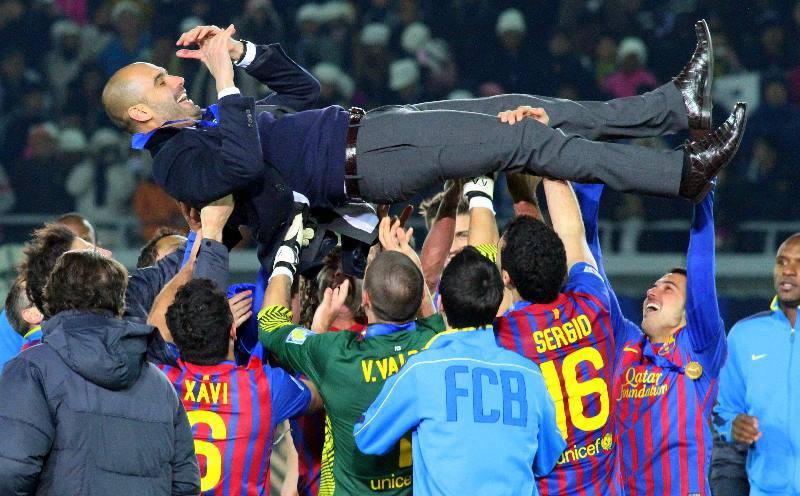 футболисты качают тренера